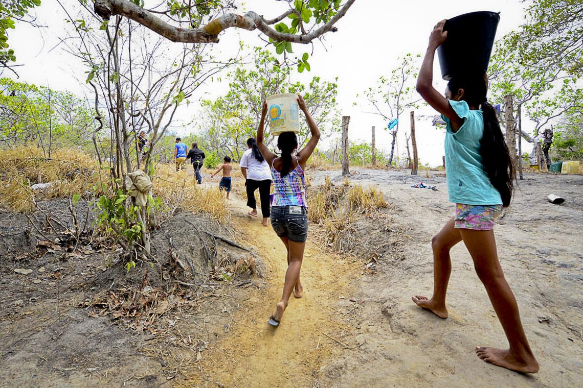 Famílias buscam água na Comunidade Indígena do Anzol, em Roraima. (Foto: Jorge Macêdo/AmReal)