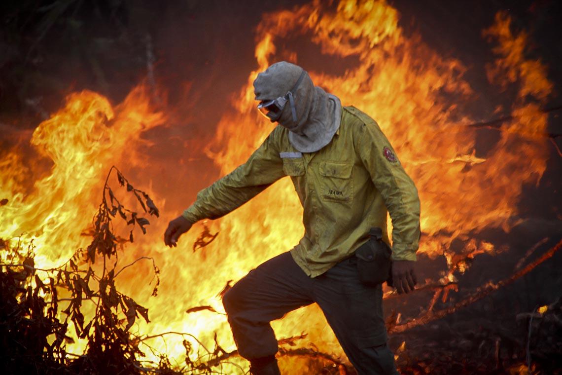 Brigadista combatendo o fogo na região do Catrimani, na TI Yanomami, em Roraima. (Foto:Prevfogo/IbamaRR)