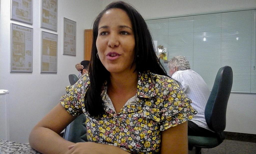 A estudante Natália Figueiredo cumpre uma jornada dupla para melhorar a renda (Foto: Ana Aranda/AmReal)