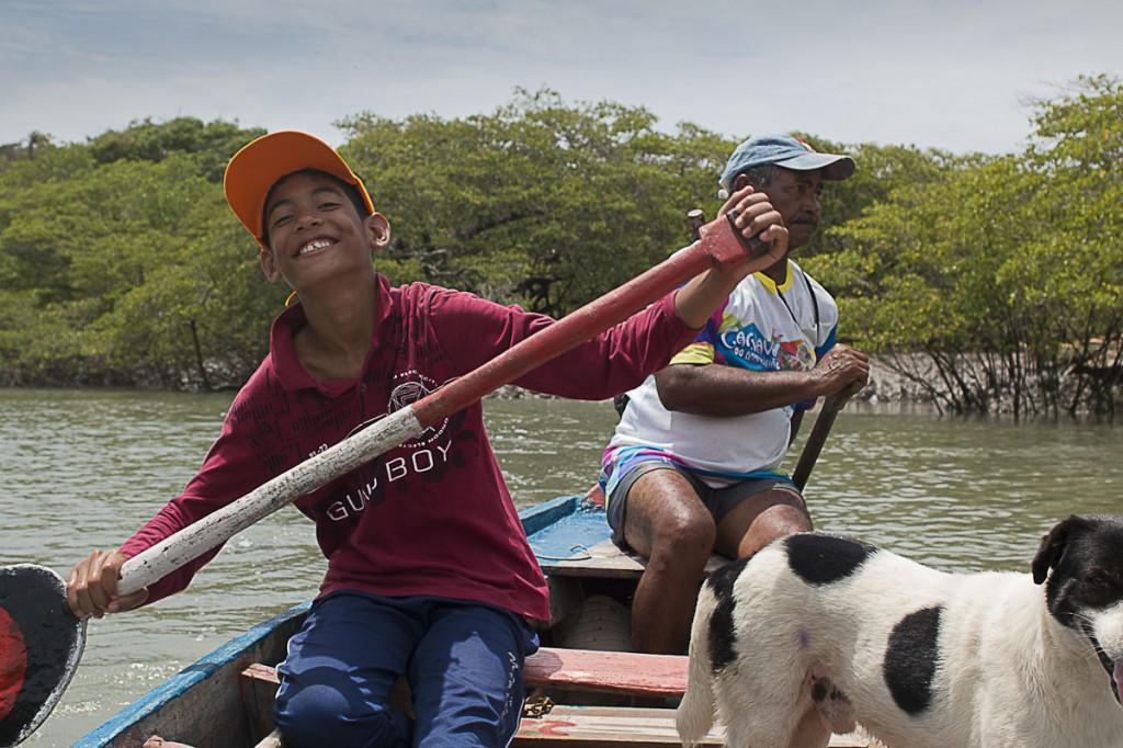 Gabriel Diniz, 11 anos, acompanha o avô, Seu Peó, condutor de turistas na cidade de Alcântara, no Maranhão. (Foto: Ana Mendes/AmReal)