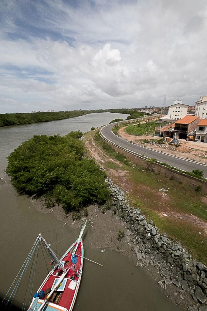 Na avenida Quarto Centenário a obra incompleta do PAC,  que aterrou o manguezal as margens do Rio Anil, São Luís. (Foto Ana Mendes/AmReal)