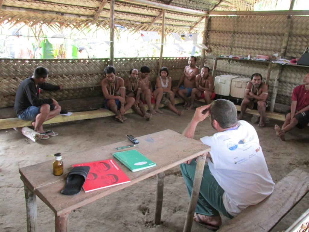 O ex-coordenador Bruno Pereira em reunião com os Matís. (Foto:CGIIRC/Funai)