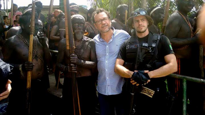João Pedro entre uma liderança Matís e um policial federal. (Foto: Aima/2016)