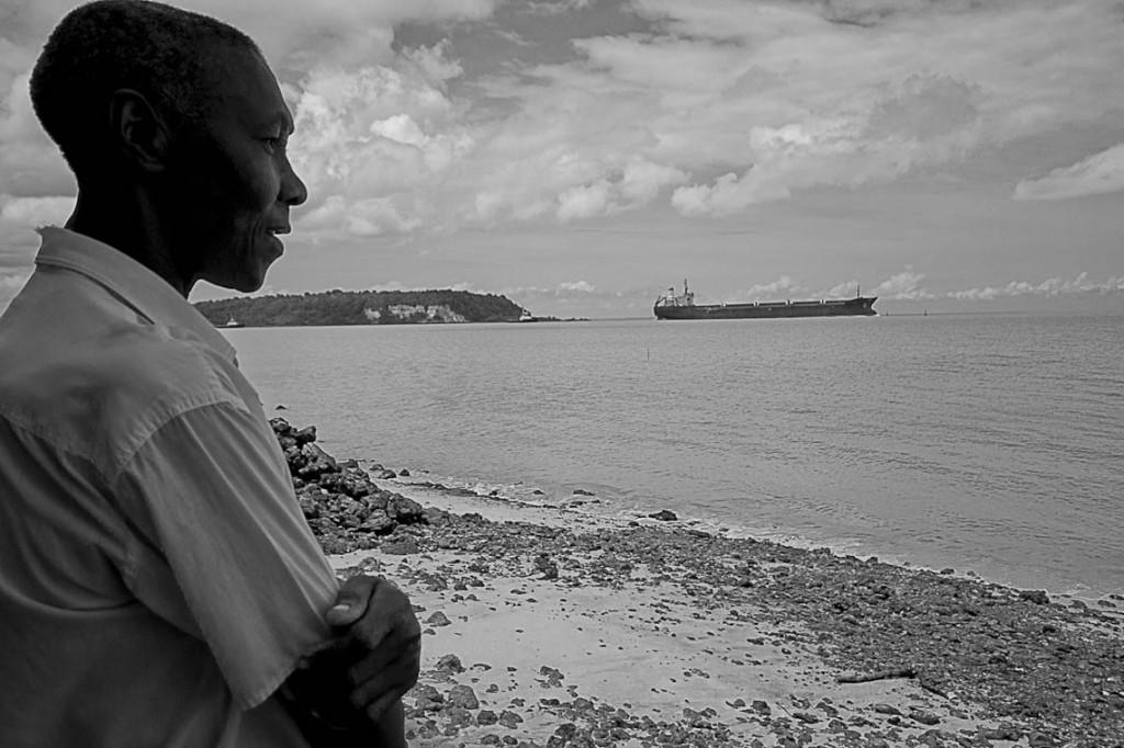 Praia Parnauaçu, na Comunidade Cajueiro,  da onde é possível avistar dois portos do Disal (Foto: Ana Mendes/Amazônia Real)