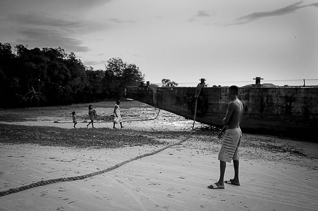 Balsa de uma empresa estacionada há três meses em uma das praias da comunidade Cajueiro (Foto: Ana Mendes/Amazônia Real)
