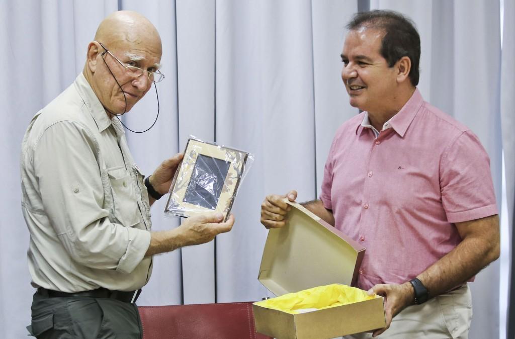 Sebastião Salgado foi recebido em Rio Branco pelo governador Tião Viana. (Foto: Gleison Miranda/Secom-AC)