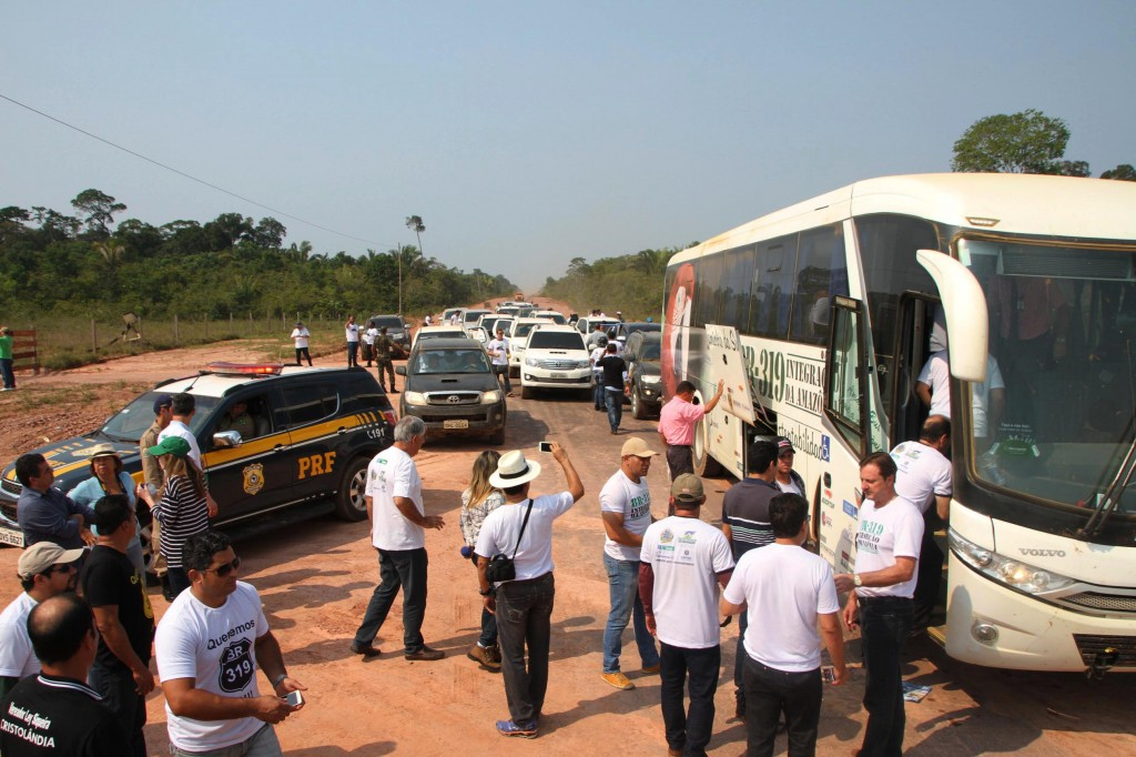 Políticos do Amazonas e de Rondônia durante caranava na BR 319, em 2015. (Foto: ALE/RO)