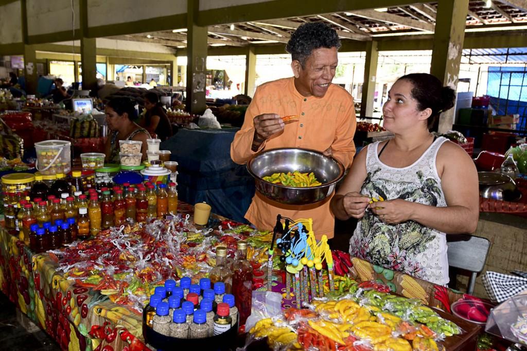 Eliakin na Feira do Produtor, em Boa Vista. (Foto: Jorge Macêdo/AmReal)