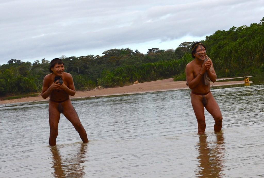O médico Douglas Rodrigues tratou de doenças respiratórias de indígenas do povo do Rio Xinane (Funai/Acre/2014)