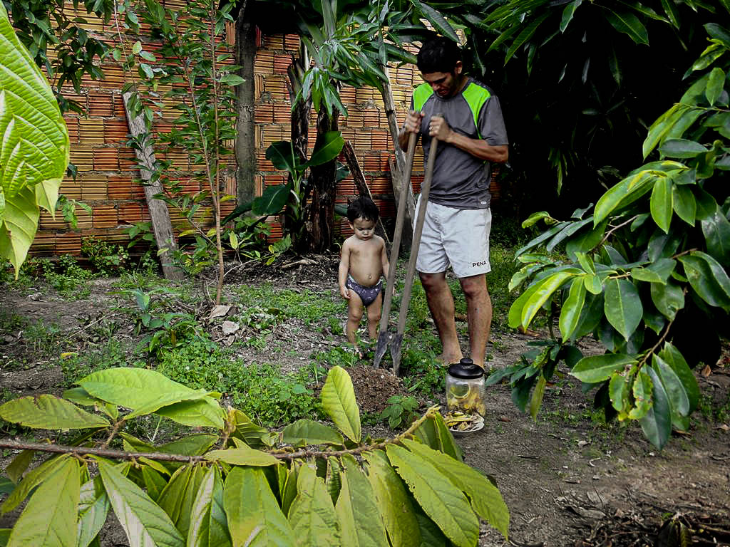 O professor Edilson Albarado em seu quintal (Foto: Floriano Lins/AmReal)