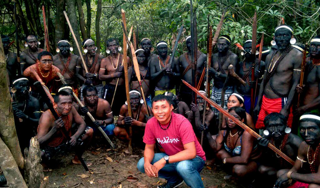 Marke Matís com lideranças do seu povo no Vale do Javari (Foto: Aima)