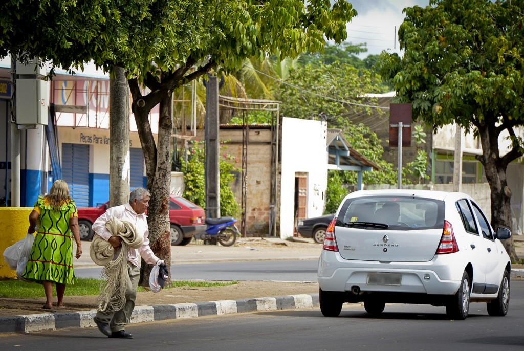 Juan Perez, da aldeia de Mariusa, vende redes nas ruas de Boa Vista (Foto: Marcelo Mora/AmReal)
