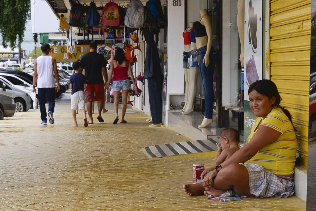 Ylmele González, pede esmolas com o filho de três anos (Foto: Marcelo Mora/AmReal)