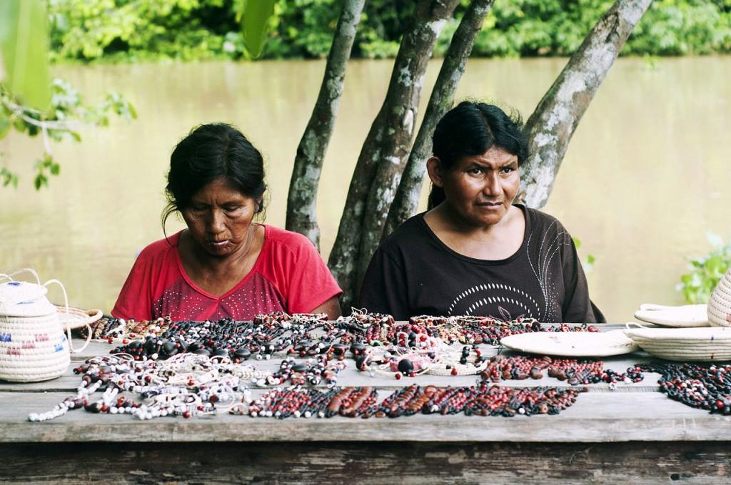 As mulheres Warao fazem artesanatos (Foto: Divulgação)