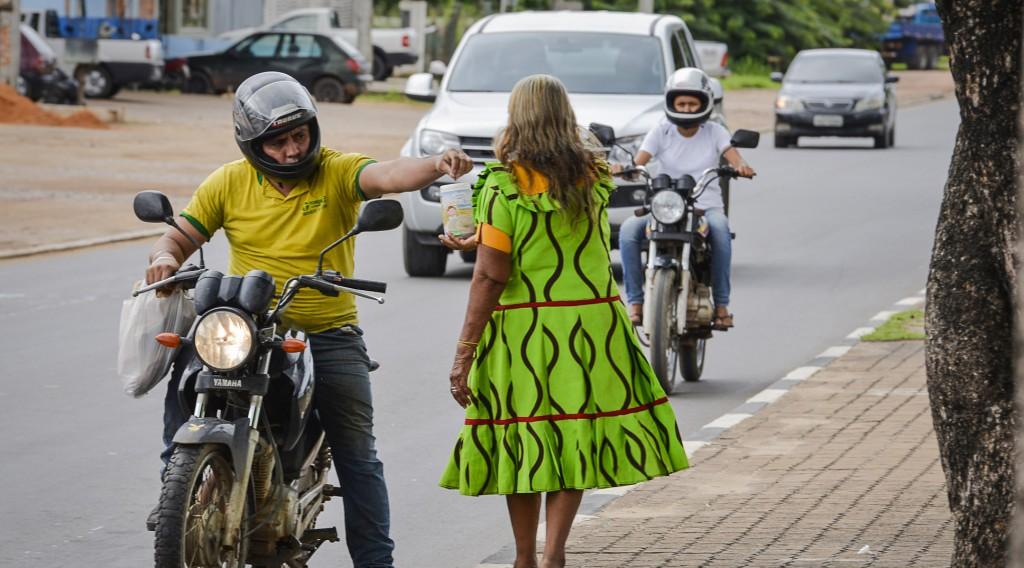 Indígena Warao pedindo esmolas em rua de Boa Vista (Foto: Marcelo Mora/AmReal)