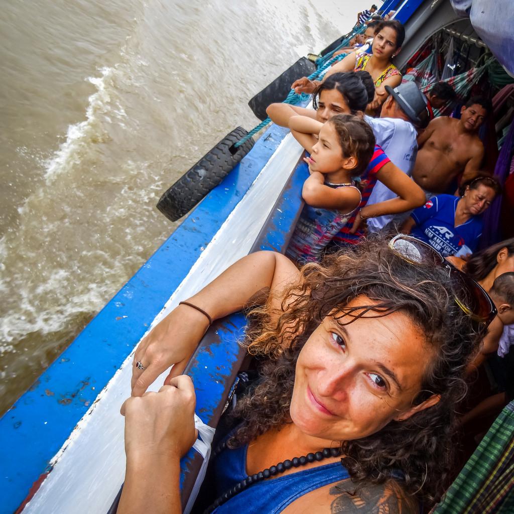 A jornalista Natália Viana durante reportagem na Amazônia (Foto: APública)