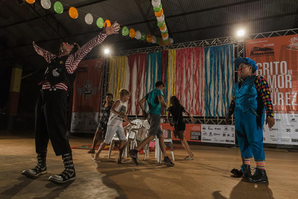 A apresentação dos palhaços na itinerância (Foto: Avener Prado/Cinemazônia)