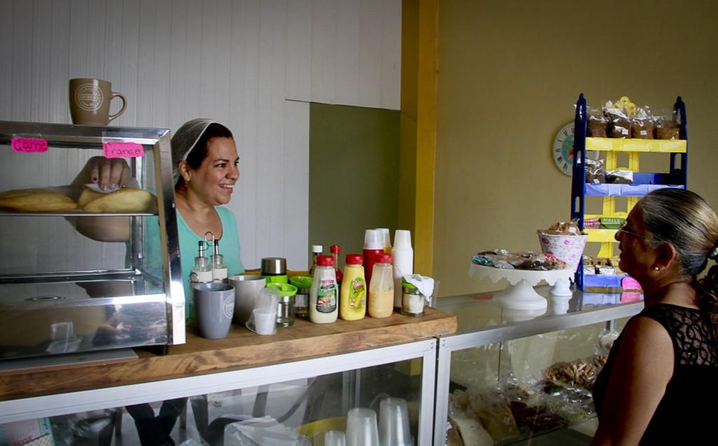 Karla Nieves connseguiu abrir o próprio negócio em Pacaraima (Foto: Alberto César Araújo/Amazônia Real)