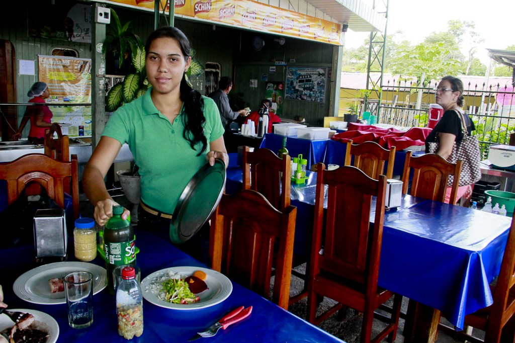 Yolanda trabalha como garçonete em uma churrascaria em Pacaraima (Foto: Alberto César Araújo/Amazônia Real)