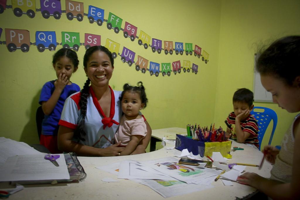 Indrina Giangreco trabalha na Escolinha Faculdade Infantil em Pacaraima (Foto: Alberto César Araújo/Amazônia Real)