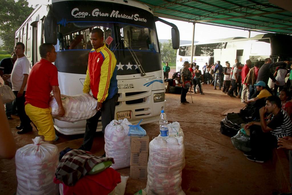 Imigrantes na rodoviária de Santa Elena do Uairén em junho (Foto: Alberto César Araújo/Amazônia Real)
