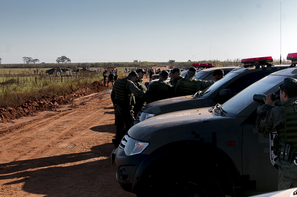Bloqueio policial na entrada da Reserva,- que dá acesso a retomada em Caarapó (Foto: Ana Mendes/Cimi)