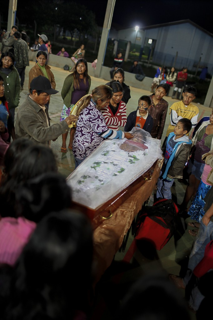 Velório de Clodiodi Aquileu Rodrigues de Souza, na aldeia Te'ykue, em Caarapó (Foto: Ana Mendes/Cimi)