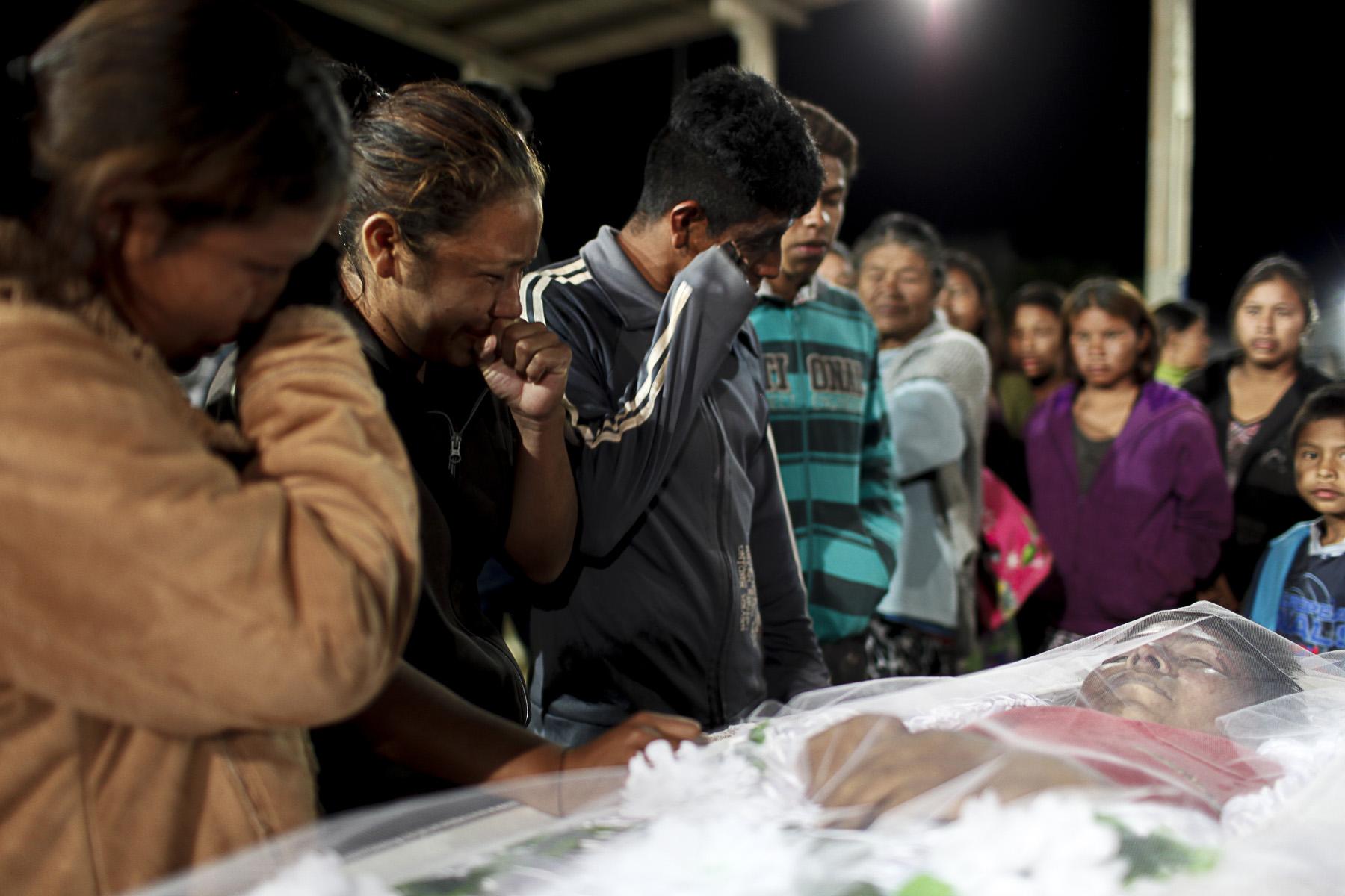 Velório do agente de saúde indígena Clodiodi Aquileu Rodrigues de Souza, 23 anos, da Reserva Te'ykue (Foto: Ana Mendes/Cimi)