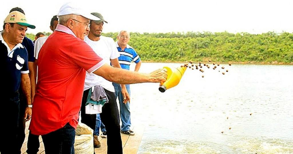 José Melo (de blusa vermelha) e Orlando Cidade (de azul) na Cidade do Pirarucu da Cooperpeixe, em Manacapuru (Foto: Aleam),