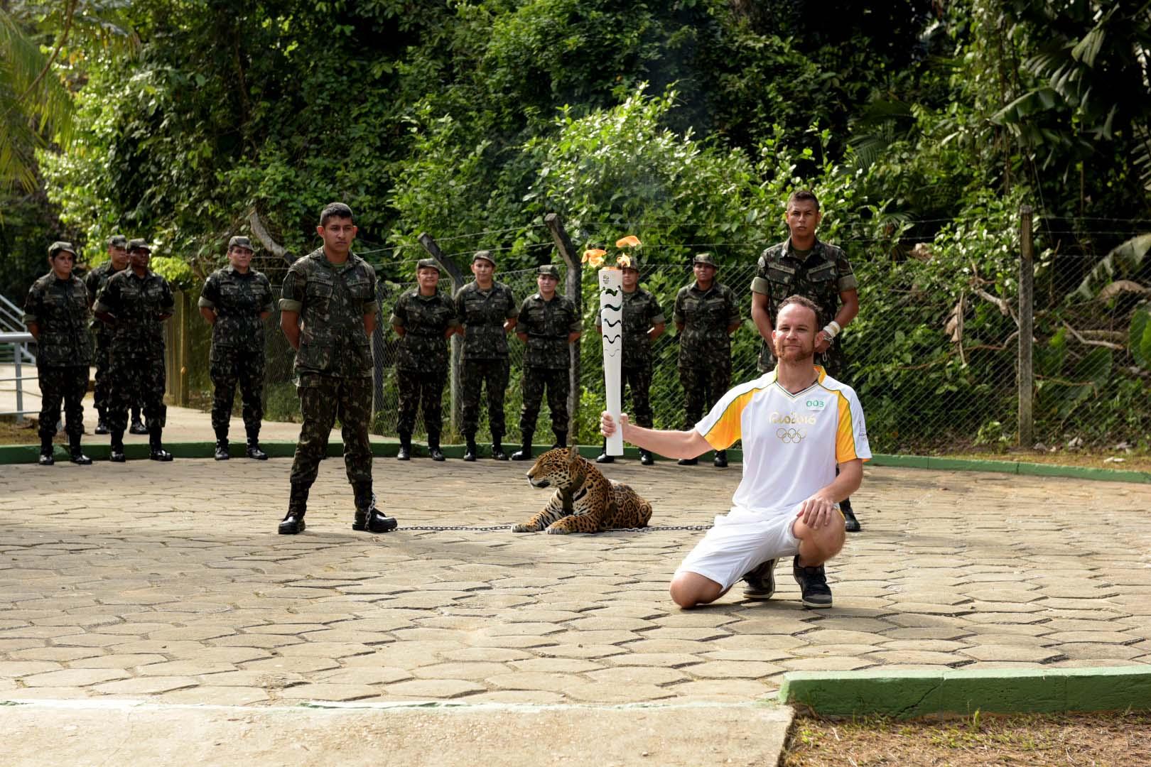 A onça-pintada Juma esteve presente na cerimônia da Tocha Olímpica e participante posou ao lado do animal (Foto: ME)