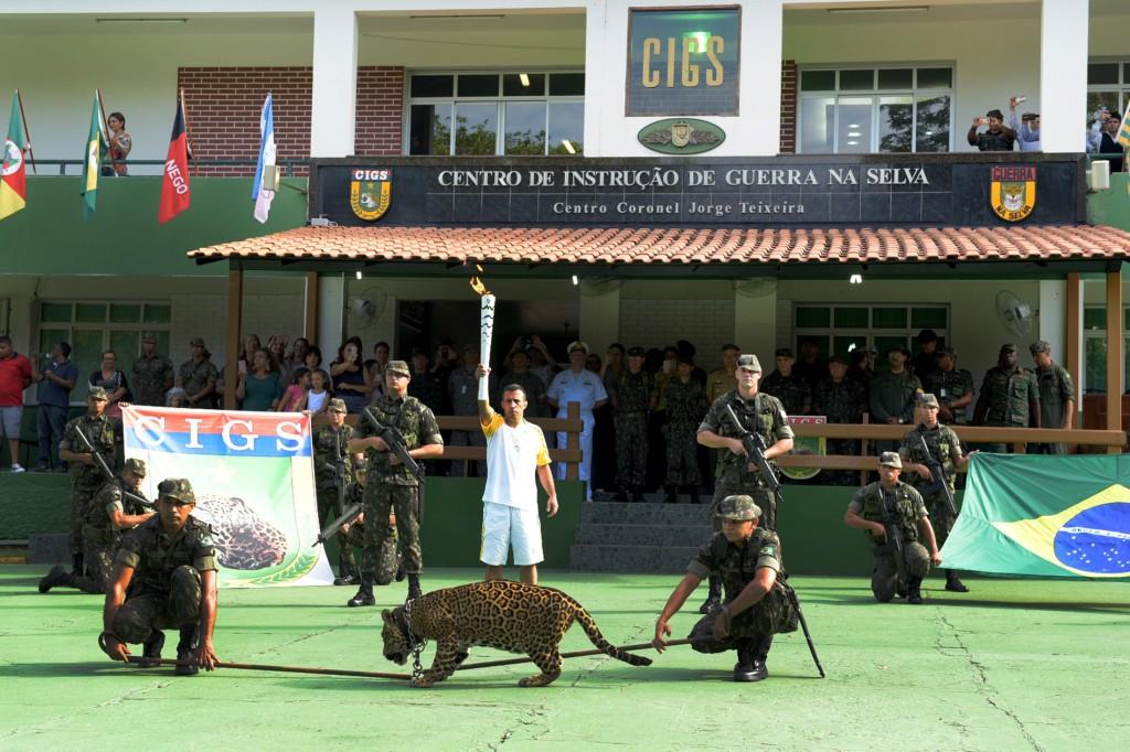 A onça Simba no evento da tocha olímpica (Foto: Valdo Leão/Secom)