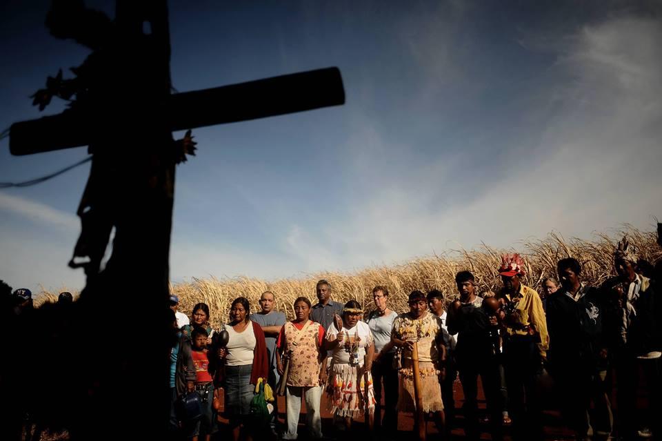 Indígenas fazem homenagem ao parente Clodiodi Souza,  morto na fazenda Yvu (Foto: CGY)