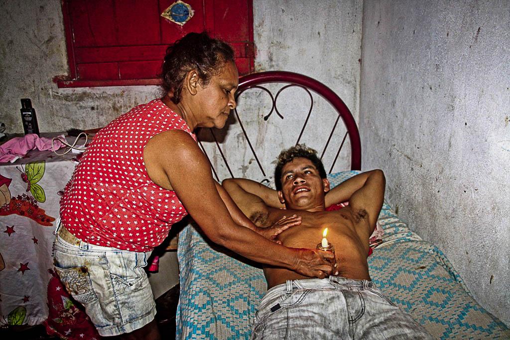 Dona Terezinha atendendo um paciente. (Foto: Floriano Lins)