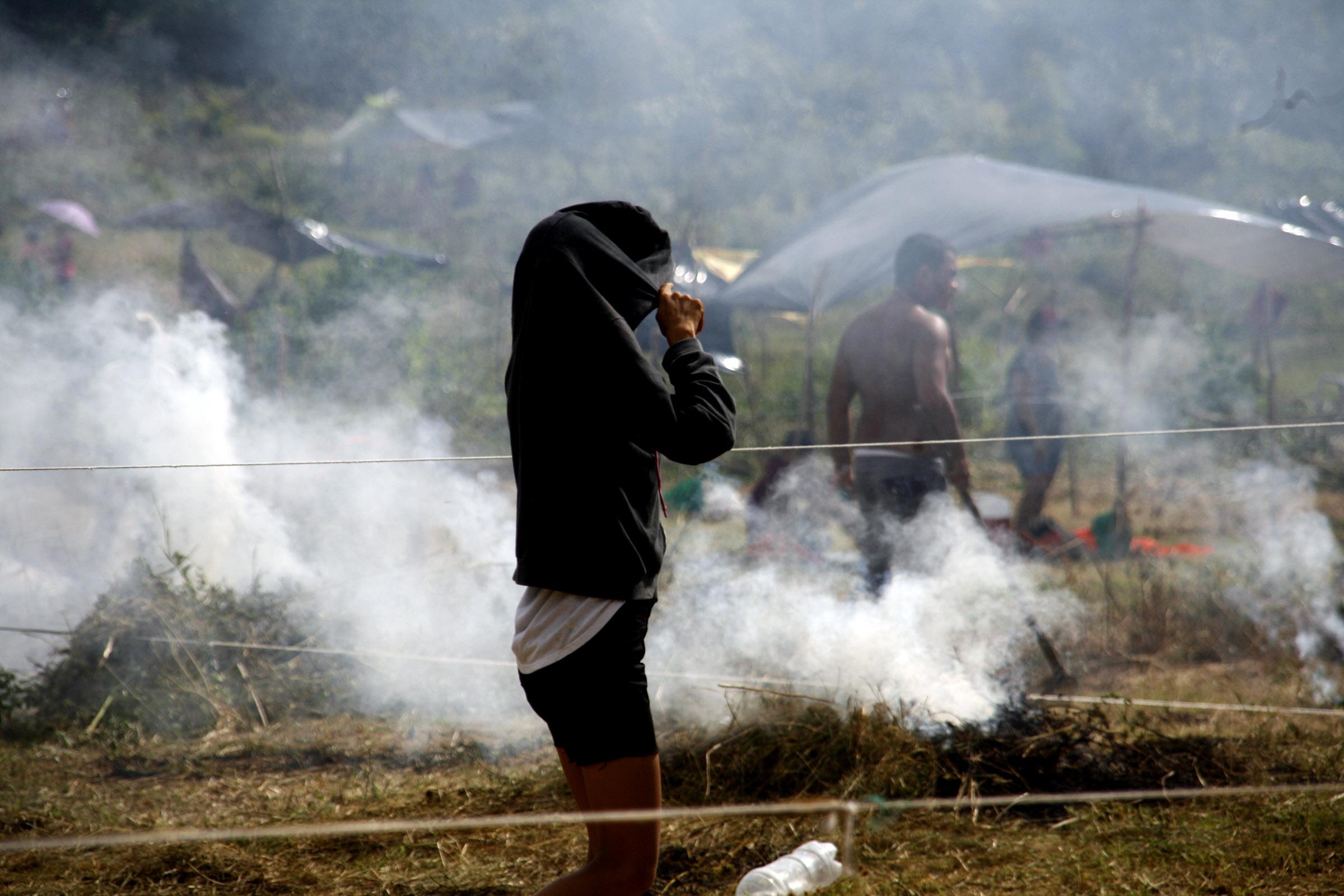 FOTO SLIDE 11_Mulher no meio da fumaca (Pascal Alagio)_FOTO GABRIEL FRAGATA-NAPAA-UFAM