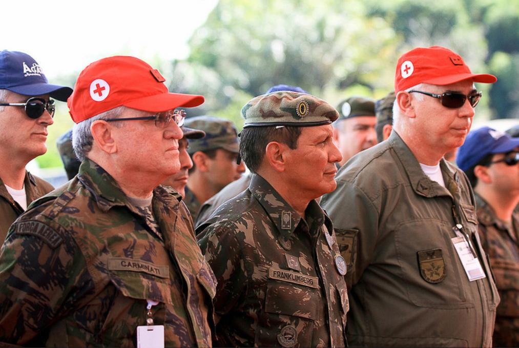 O general Franklimberg Ribeiro de Freitas (de boina) em cerimônia militar (Foto: Sargento Rezende/FAB)