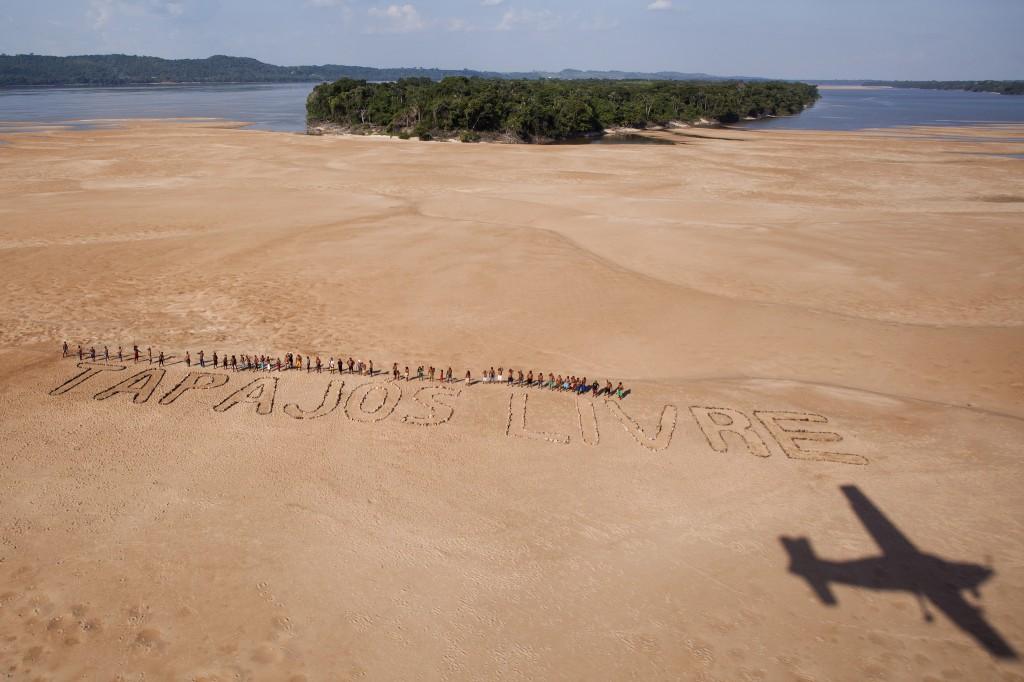 Índios Munduruku fazem protesto contra o projeto Tapajós, no Pará. (Foto: Marizilda Cruppe/Greenpeace)