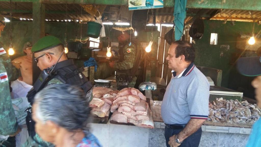 Deputado observa fiscalização de comércio de pirarucu em Manacapuru (Foto: Batalhão Ambiental)
