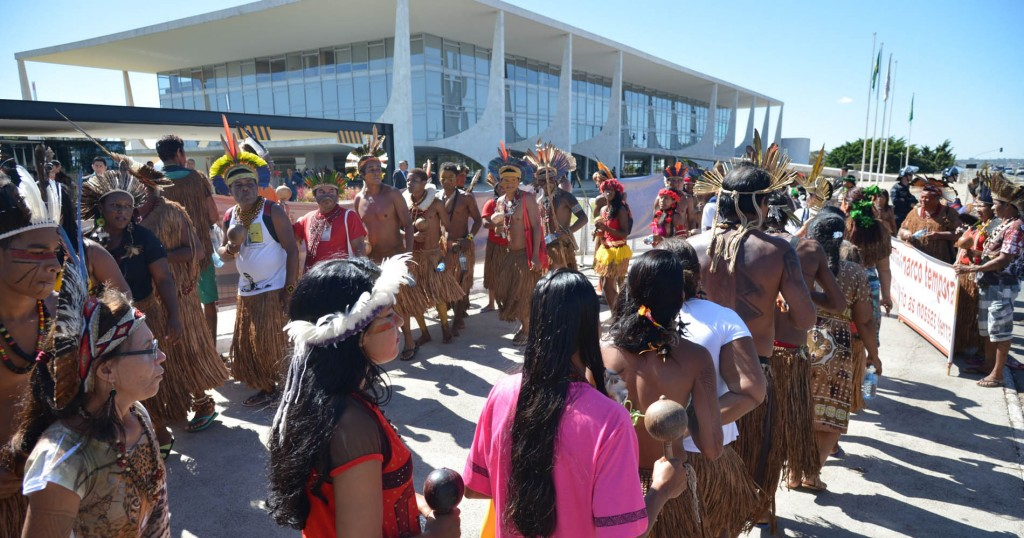 Protesto dos índios Pataxó no Palácio do Planalto (Foto: Antonio Cruz/Agência Brasil)