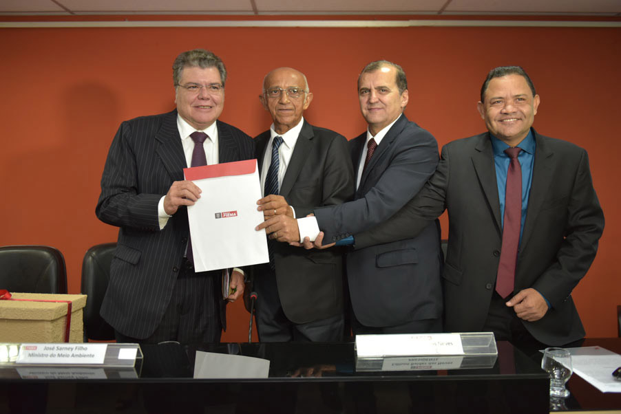 O ministro Sarney Filho  recebeu homenagem dos empresários (Foto: Fiema)