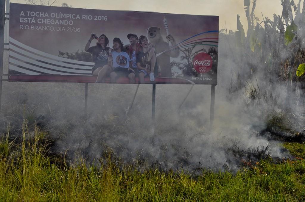 A fumaça das queimadas encobre a cidade de Rio Branco (Foto: Odair Leal/Amazônia Real)