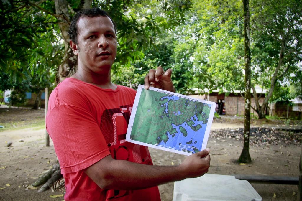 Seu William Oliveira mostra o mapa da RDS do Tupé. (Foto: Alberto César Araújo/Amazônia Real)