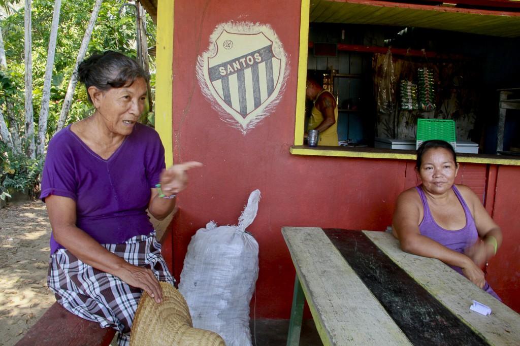 Dona Ana Lima e dona Eugênia, moradoras do Livramento. (Foto: Alberto César Araújo/Amazônia Real)
