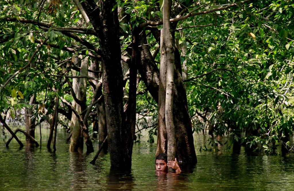 Morador da RDS do Tupé toma banho no igarapé Tarumã-Mirim, que deságua no rio Negro (Foto: Alberto César Araújo Amazônia Real)
