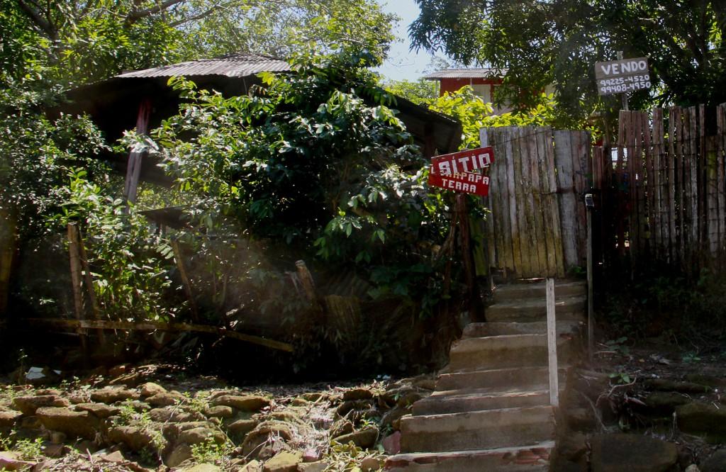 Terreno é posto a venda  por R$ 55 mil na comunidade do Livramento. (Foto: Alberto César Araújo/Amazônia Real)