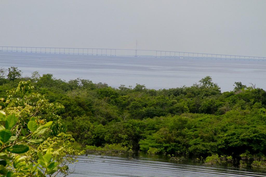 Na vista do Tupé a ponte Rio Negro, entre Manaus e Iranduba. (Foto: Alberto César Araújo/Amazônia Real)