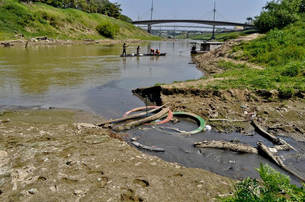Seca mostra a poluição no Rio Acre (Foto: Odair Leal/Amazônia Real)