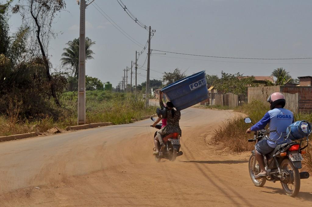 No bairro todos se mobilizam em busca de água (Foto: Odair Leal/Amazônia Real)