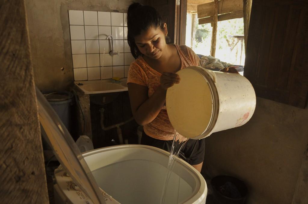 Francisca Adriano Torres enfrenta dificuldade para ter água em casa (Foto: Odair Leal/Amazônia Real)