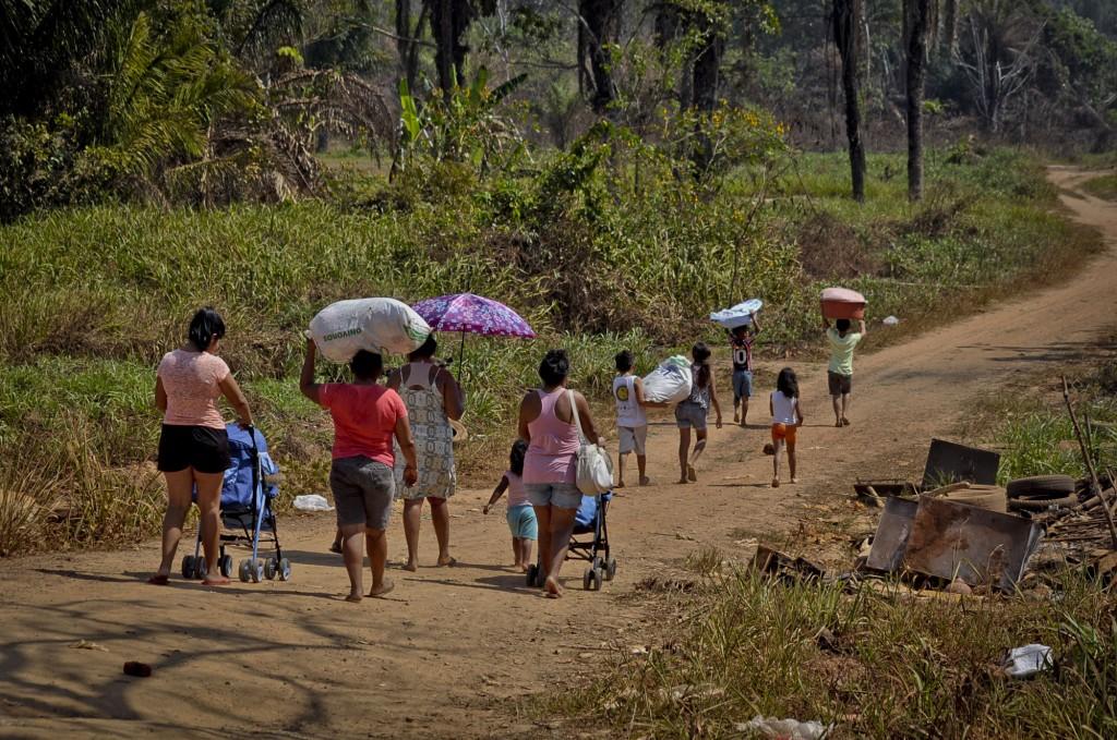 População em busca de água para lavar roupa em Rio Branco (Foto: Odair Leal/Amazônia Real)
