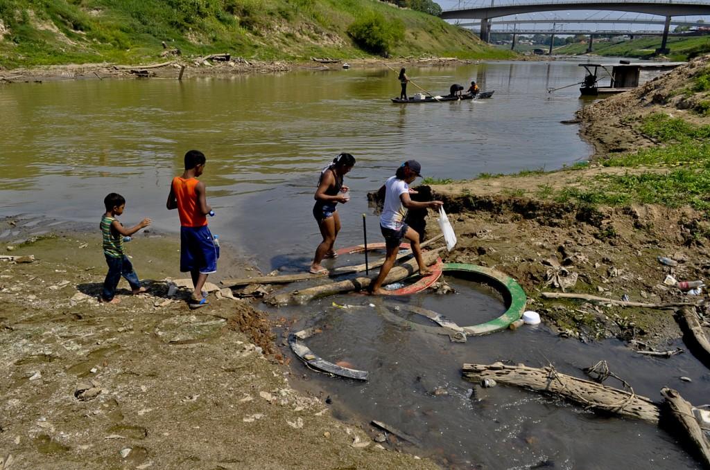 Sem água em casa, populares usam o rio Acre na capital (Odair Leal/Amazônia Real)